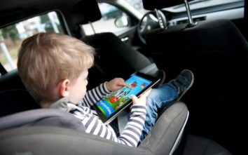 Child_with_tablet-